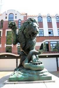 Bronzestatur: Löwin, die ihre Jungen vor einer Schlange beschützt.