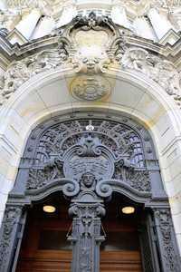 Reich verziertes Eingangsportal des Kriminalgerichts in Berlin