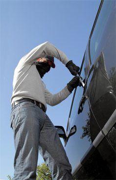 Einbruch in ein Auto, doch nicht immer will die Versicherung auch zahlen.