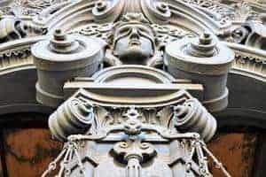 Abbild der Göttin Justitia vor dem Eingangsportal des Kriminalgerichts in Berlin-Moabit.