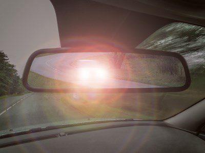 Ein Autofahrer fordert einen anderen durch Lichthupe auf, eine Fahrspur freizugeben.