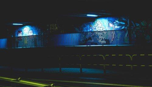 Eine durch Graffitis beschmierte Wand