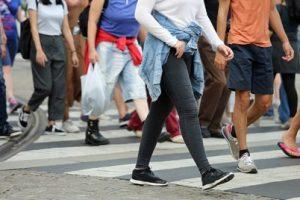 Fußgänger überqueren die Straße