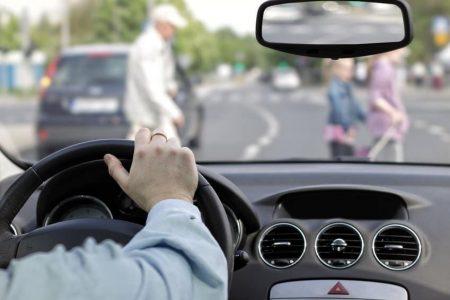 Unfall mit Fußgängern durch Unaufmerksamkeit.