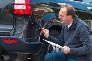 Gutachter ermittelt die genauen Reparaturkosten an einem Fahrzeug.