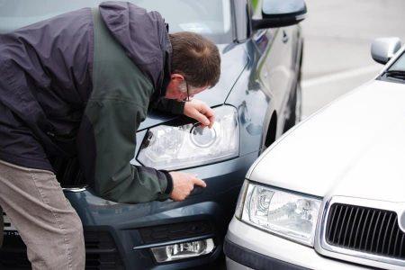 Der Unfallverursacher muss eine angemessene Zeit an der Unfallstelle warten.