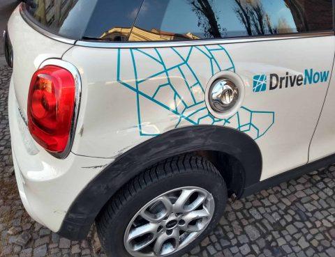Unfallschaden mit einem DriveNow Fahrzeug am hinteren rechten Kotflügel.
