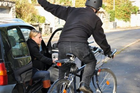 Durch Halten auf dem Fahrradweg müssen Radfahrer ausweichen.