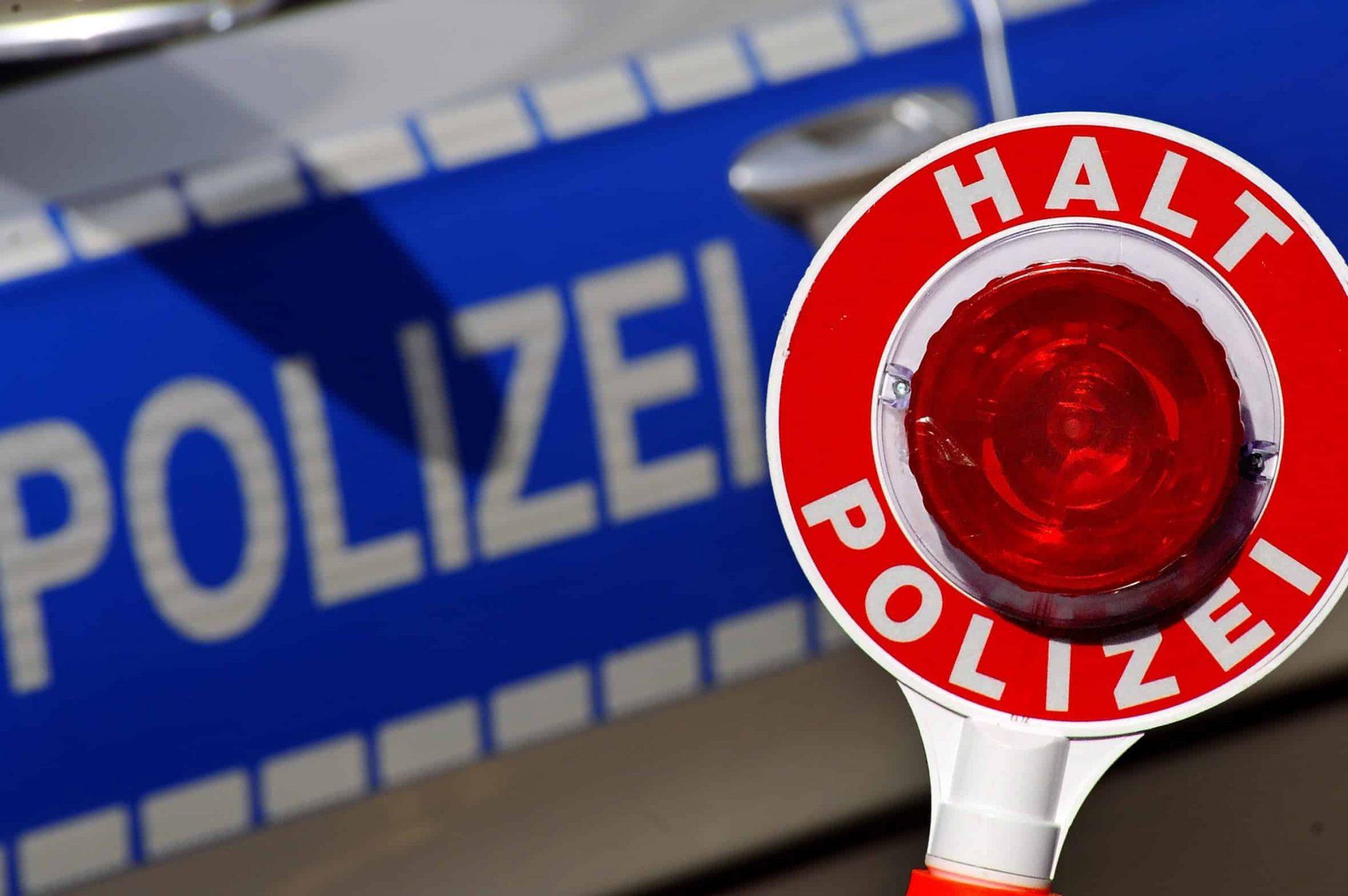 Aufforderung in der Polizeikontrolle zum Atemalkoholtest.
