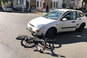 Ein Verkehrsunfall zwischen einem Auto und einem Fahrrad
