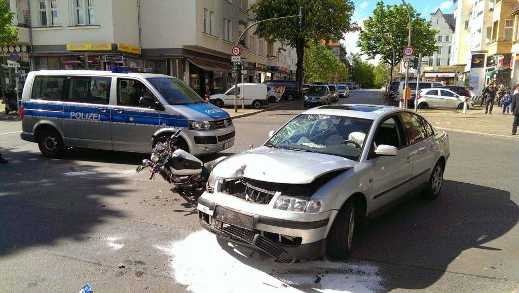 Motorradunfall in Berlin-Steglitz beim Abbiegevorgang.
