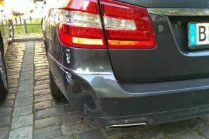 Stoßstange bei einem E-Klasse Mercedes wurde eingedrückt und der Lack beschädigt.