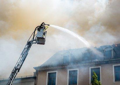 Die Feuerwehr löscht eine angezündete Wohnung.