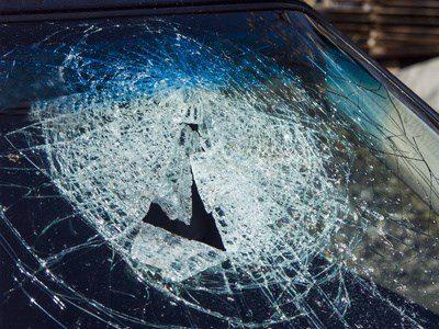 Zersplitterte Winndschutzscheibe eines Pkws nach einem Verkehrsunfall