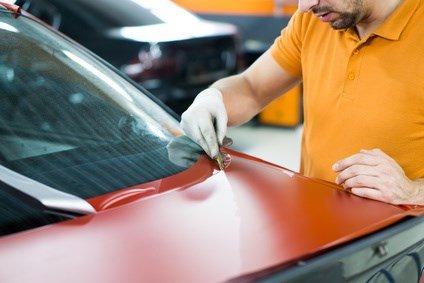 Car Wrapping: Die Folie wird geschnitten.