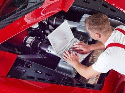 Ein Mechaniker tunt und checkt den Motor.