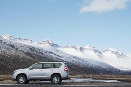 Ein Auto steht in einer kalten, aber noch nicht verschneiten Umgebung