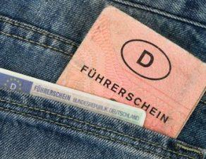 Ein alter und ein neuer Führerschein in der Hosentasche.