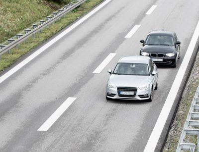 EinAuto fährt dicht auf ein anderes auf.