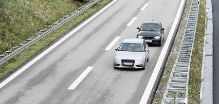 Ein Auto fährt dicht auf ein anderes auf.