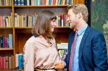 Ein Mann flirtet mit einer Frau, um sie zur Falschaussage zu verleiten.