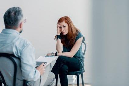Eine Frau findet professionelle Hilfe nach einer Vergewaltigung.
