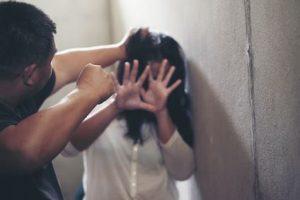 Ein Mann will in den eigenen 4 Wänden seine Frau schlagen.