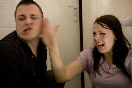 Eine Frau gibt ihrem Partner eine Ohrfeige.