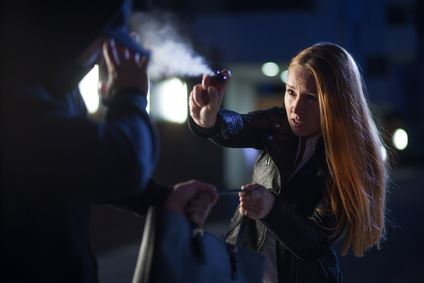 Notwehr: Eine Frau verteidigt sich mit einem Pfefferspray gegen einen Angrefifer.