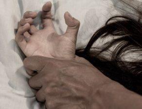 Ein Mann hält eine Frau gewaltsam fest.