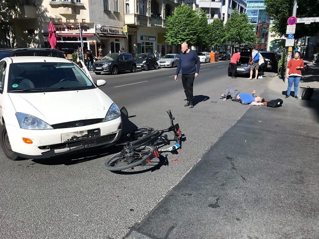 Verkehrsunfall zwischen einem links abbiegenden PKW und einem Fahrradfahrer.