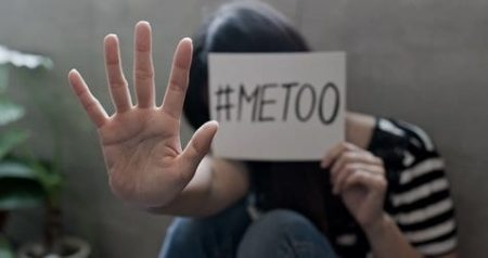 """Eine Frau, die ein #Meetoo-Schild in der Hand hält, macht ihr """"Nein"""" deutlich."""