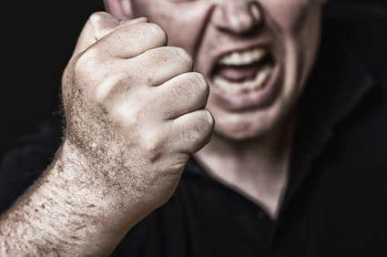 Ein Mann droht mit der Faust mit Gewalt.