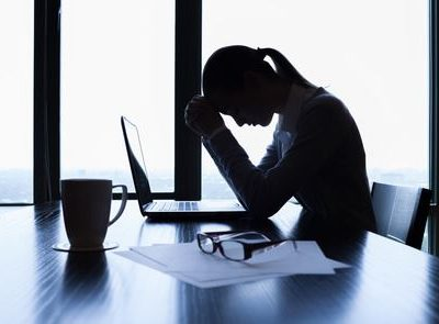 Eine Frau ist schockiert über ihre Verleumdung in den sozialen Medien.