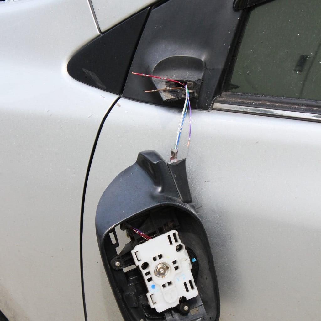 Abgefahrener Außenspiegel eines Autos