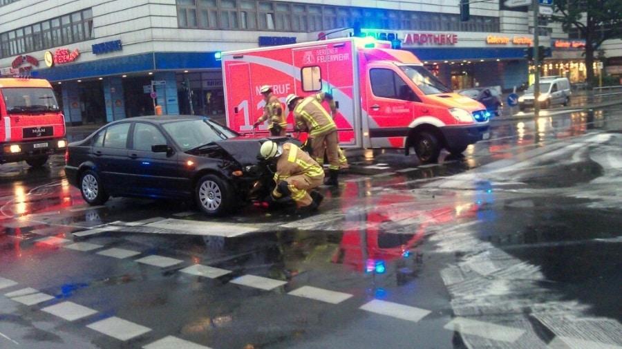 Mitunter kommt es zu schwerwiegenden Verletzung. Hier ein Verkehrsunfall in Berlin Steglitz. Augenscheinlich konnte das Fahrzeug nicht rasch genug räumen, als der Querverkehr in den Kreuzungsbereich fuhr und es zu einem Unfall kam.