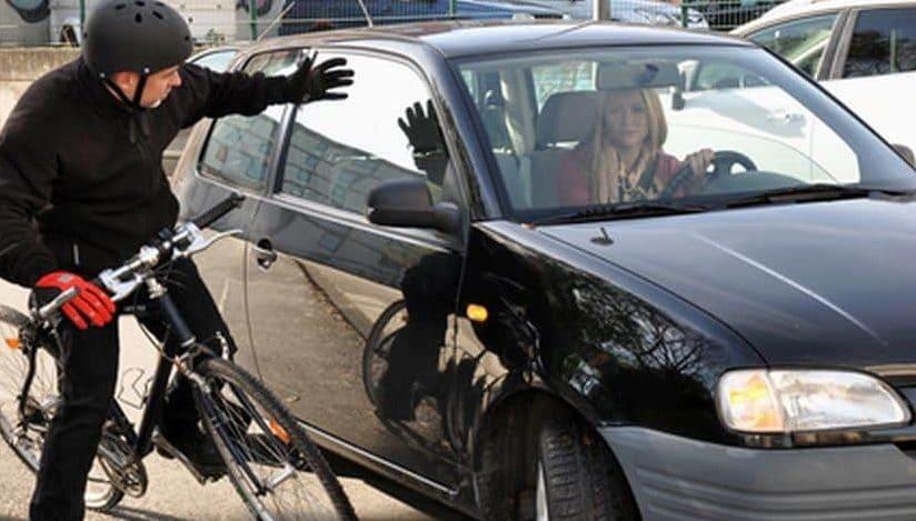 Radfahrer und Autofahrer kurz vor dem Zusammenprall.