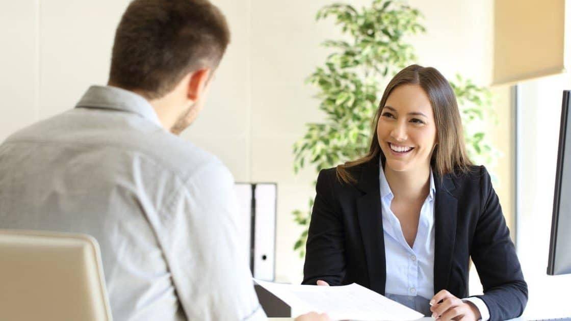 Anwältin und Mandant im Gespräch