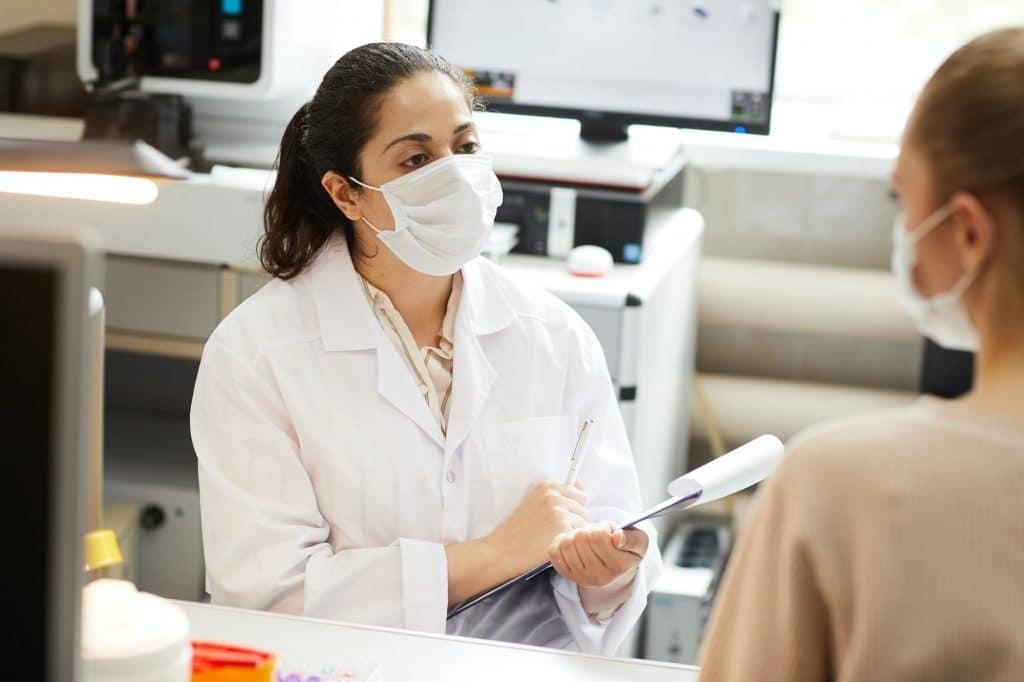 Erfolgte die Patientenaufklärung nicht vorschriftsmäßig, kann dies bei einem Behandlungsfehler schwerwiegende Folgen für den behandelnden Arzt haben, da die Beweislast, dass die Aufklärung sorgfältig erfolgte, bei ihm liegt.
